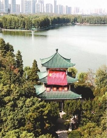 """""""别@微信官方了 来东湖,集齐七面巨型国旗表白祖国"""
