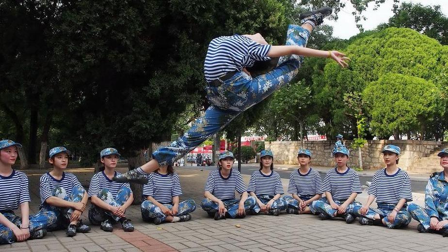 大学新生军训 舞蹈专业女生大展基本功