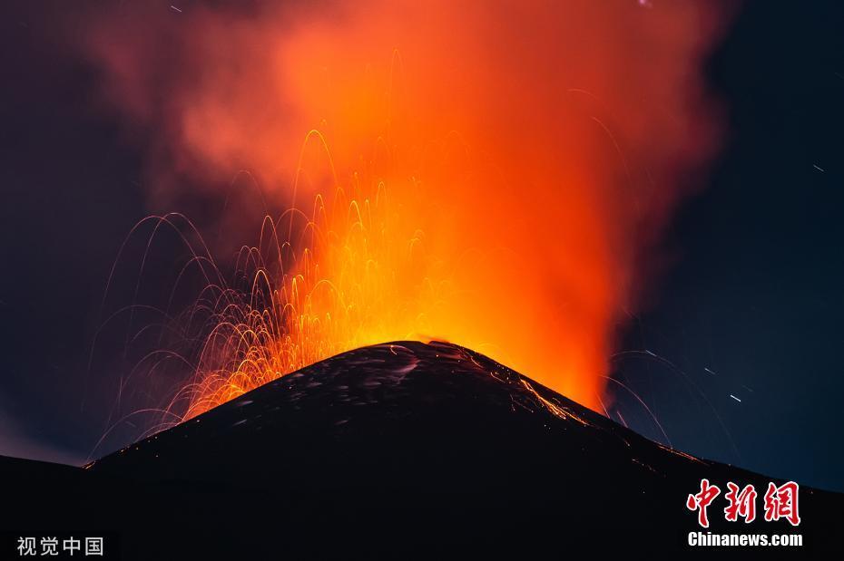 意大利西西里岛一座火山喷发