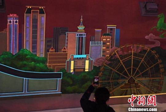 兰州首个荧光壁画亮相 展现黄河与丝路元素