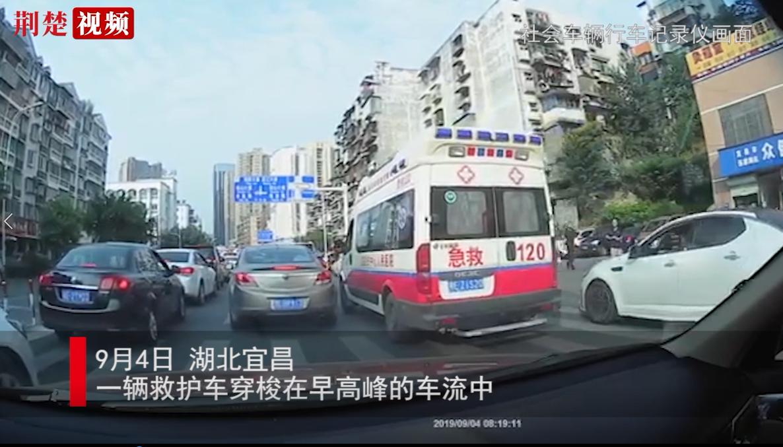 宜昌救护车救人遇拥堵 私家车自发让出百米生命通道