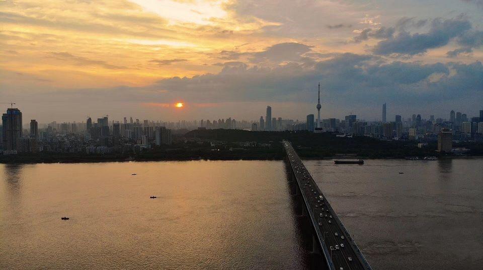 落日余晖下的江城武汉