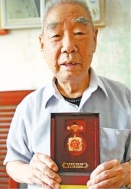 """""""武汉离休老人为家乡21位烈士立纪念碑"""