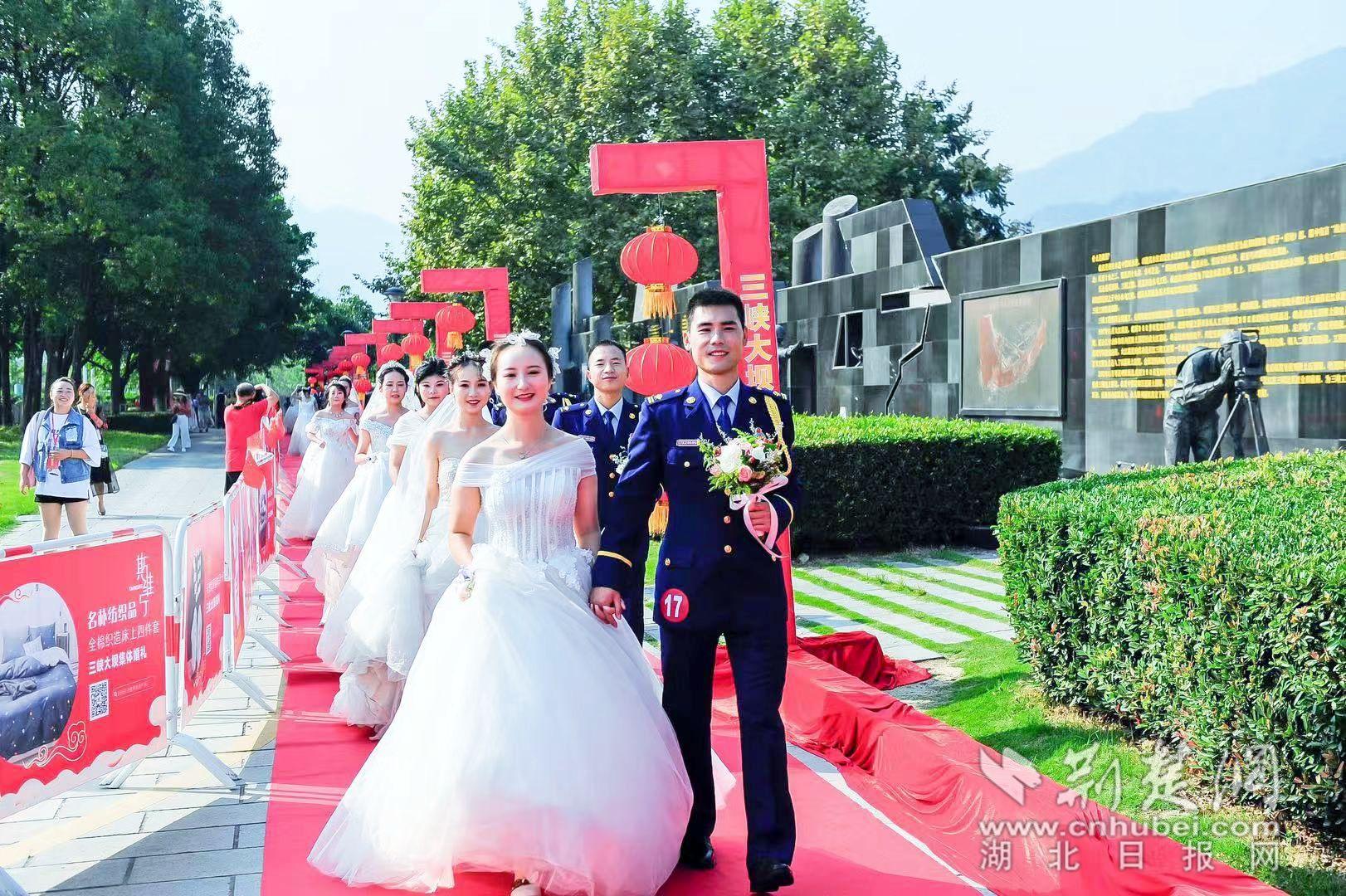 30对新人三峡大坝温情上演集体婚礼