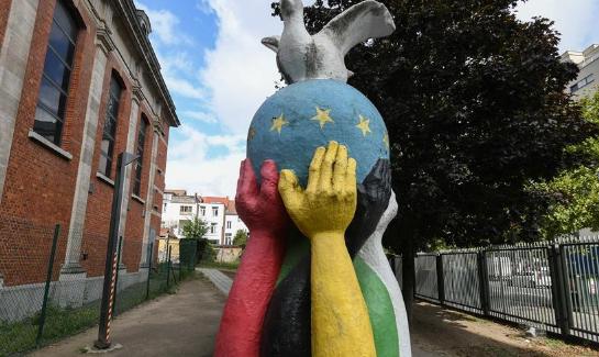 """走进比利时布鲁塞尔的""""团结·和平""""雕塑"""