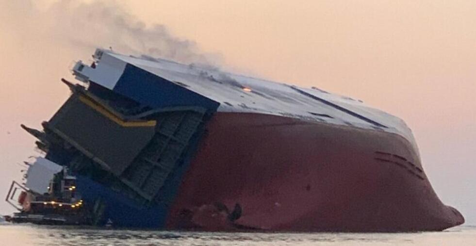 韩国一汽车运输船在美翻覆