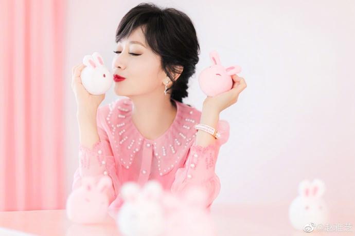 """""""赵雅芝穿粉色衬衫娇嫩减龄 甜蜜亲吻小兔子"""