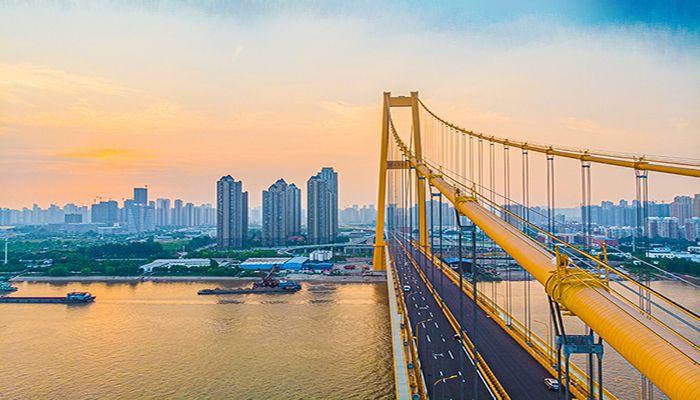 杨泗港大桥首次向市民开放