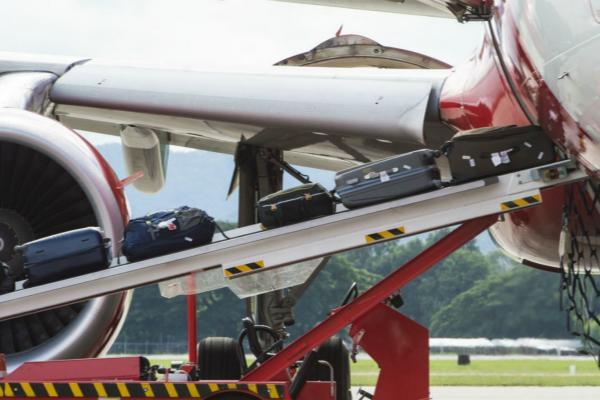 """""""惊魂一刻!美国一机场行李装载时爆炸 有巨大声响"""