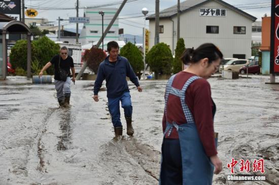 """""""台风过境日本安倍三访灾区:坐直升机视察浸水城市"""