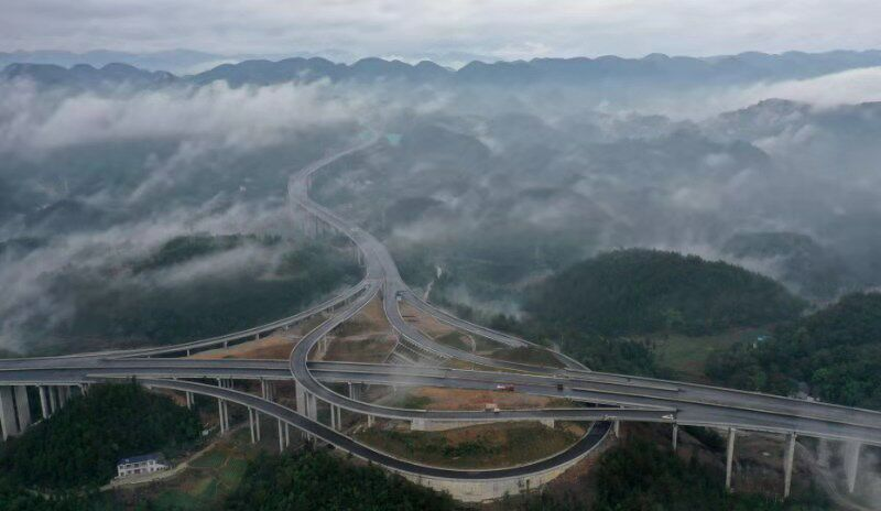 恩施:建恩高速云雾缭绕 宛若仙境