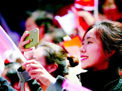 """5万人在开幕式现场齐唱国歌 更多人""""为武汉疯狂打cal"""" 自豪见证 大武汉高光时刻"""