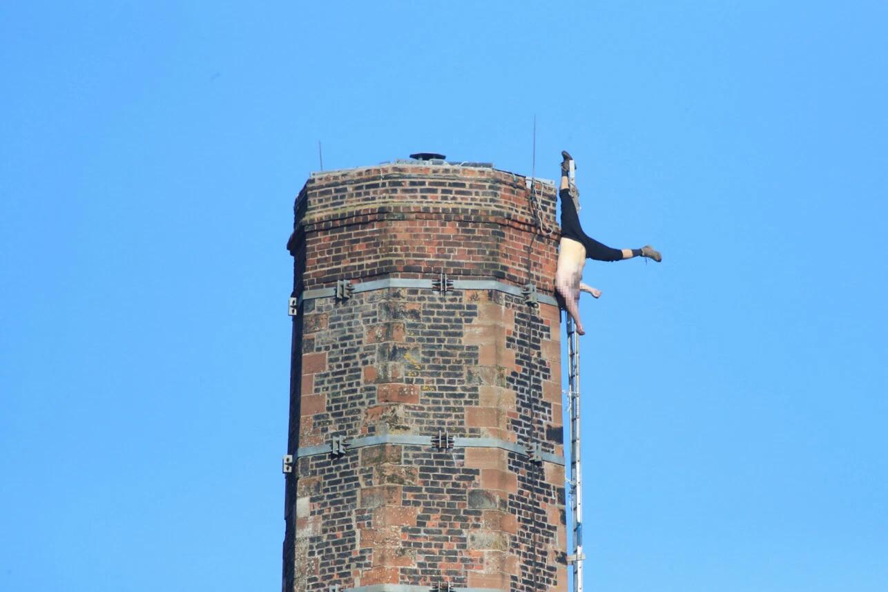 """""""英国一男子倒挂世界第八高烟囱超6个小时,获救后却不幸死亡"""