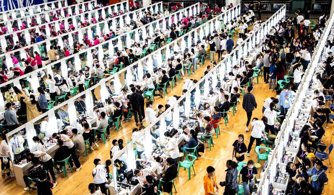 湖北科技职院教学团队带队 为军运会开幕式5000余人化妆