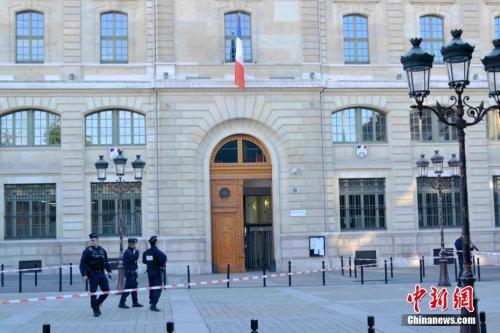 """""""职场纠纷而非恐袭?巴黎警察总部持刀袭击案致4死"""