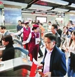 """""""军运会开幕式日武汉地铁连续运营20小时 1小时内两个地铁站有序疏散3万观众"""