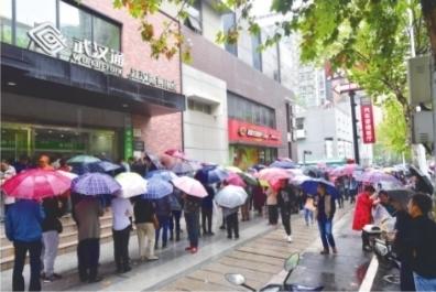 """""""全国公交""""一卡通""""发售 武汉市民六点多到发售点排队"""
