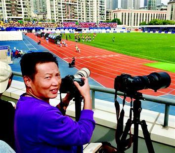 """""""为了留下武汉和军运会美好回忆 自费拍摄二十余场军运比赛照片 热心市民制作数百册影集送给运动员"""