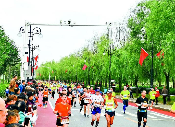 """""""2019襄阳马拉松赛开跑 1.8万名运动员感受古城魅力"""