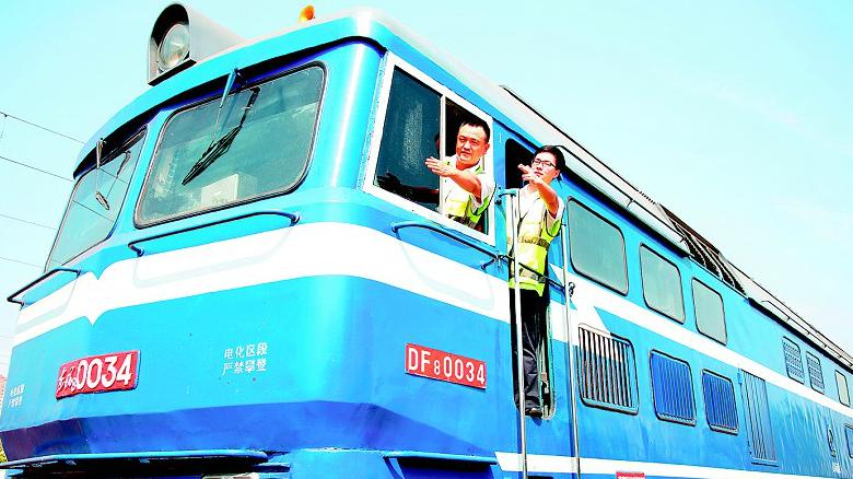 """名为""""国庆""""的火车司机 连续22年岗位上过生日"""