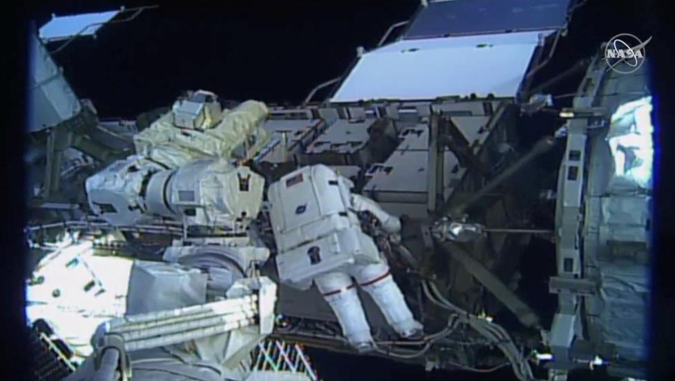 """""""两名美国女宇航员出舱修复空间站故障,系首次全女性太空行走"""