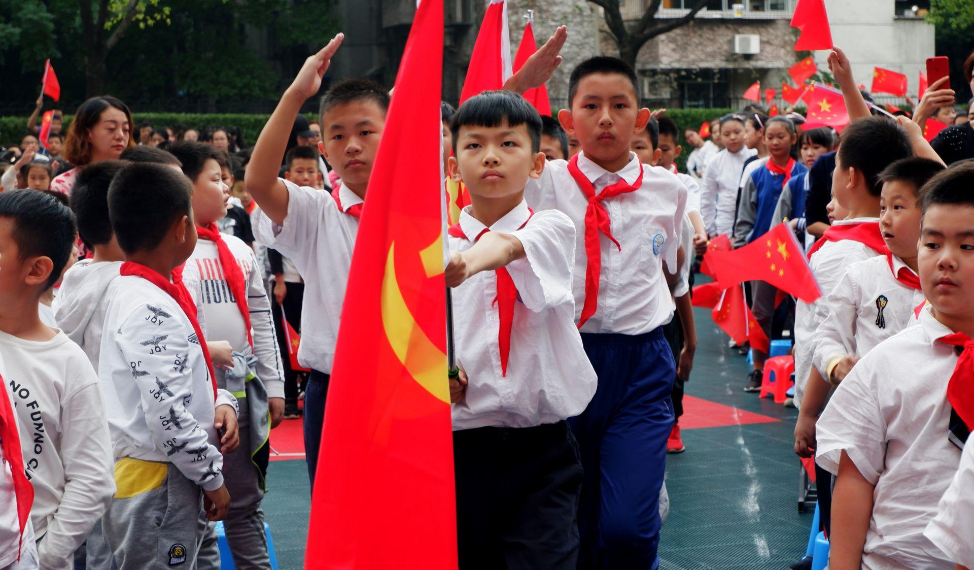 """武汉市育才家园小学少先队员""""寻找最美的红"""""""