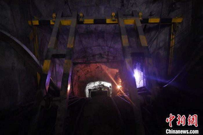 广西南丹矿难现场:救援昼夜不停 为素未谋面的兄弟