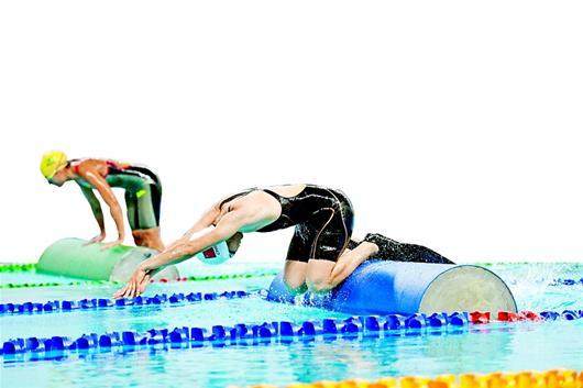 """""""军运会海军五项赛事惊险刺激 观众大呼过瘾 蛙人水中脱衣带枪游泳"""