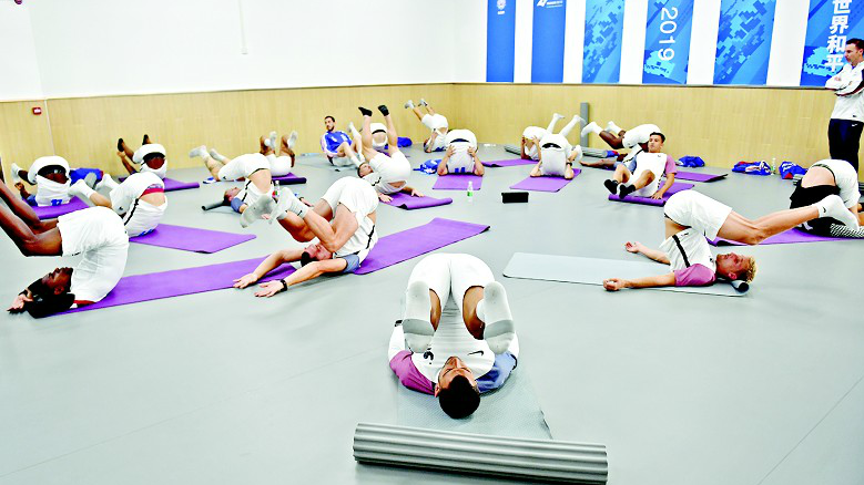 練瑜珈玩重力球跳集體舞 各國運動員健身中心訓練忙圖片