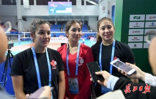 """""""军运会加拿大女排有""""华裔三姐妹"""",其中一对是双胞胎"""