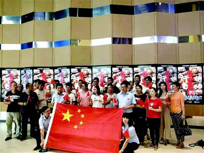 """""""带国旗看在影厅合唱国歌 武汉院线最强档电影是《我和我的祖国》"""