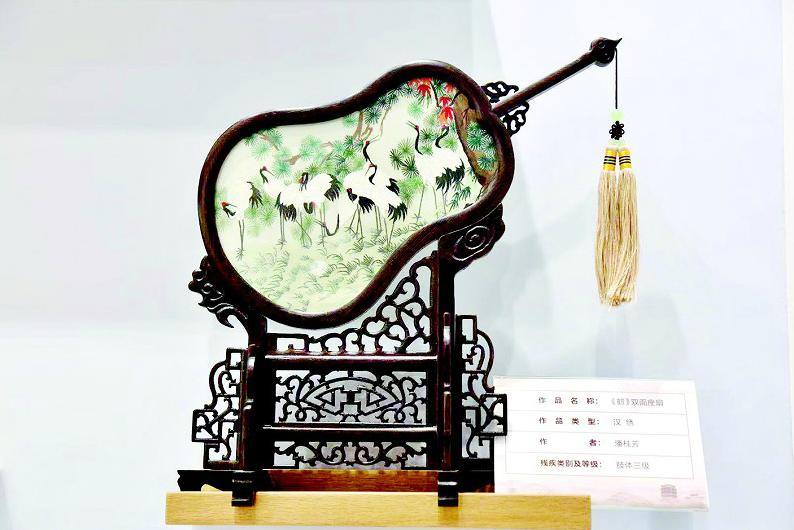 眾多湖北特色手工產品精致亮相中國殘疾人展能節  殘疾手藝人巧手打造非遺楚式漆器