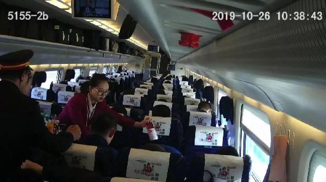 """""""乘客坐动车一口气买78瓶饮料,真相令人感动…..."""