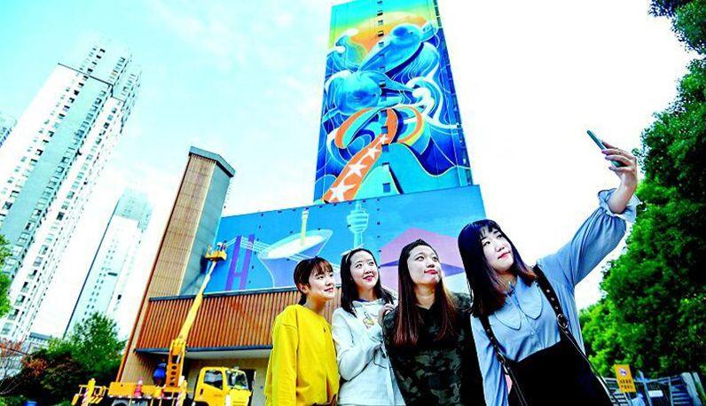 武汉最大单体喷绘壁画惊艳亮相 江豚遨游60米高大画板