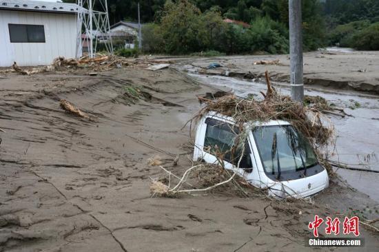 """""""断电断水断粮!台风致日本74人死 民众地上写字求水粮"""