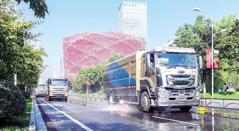 两台服务国庆阅兵环卫车驰援江城