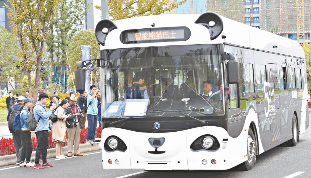 """武汉全球首发商用牌照""""满月"""" 中外媒体记者体验自动驾驶"""