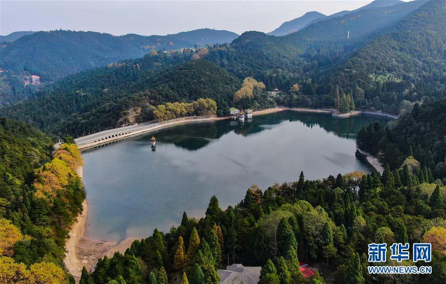 游客在庐山风景区内的如琴湖边游玩(10月9日摄).