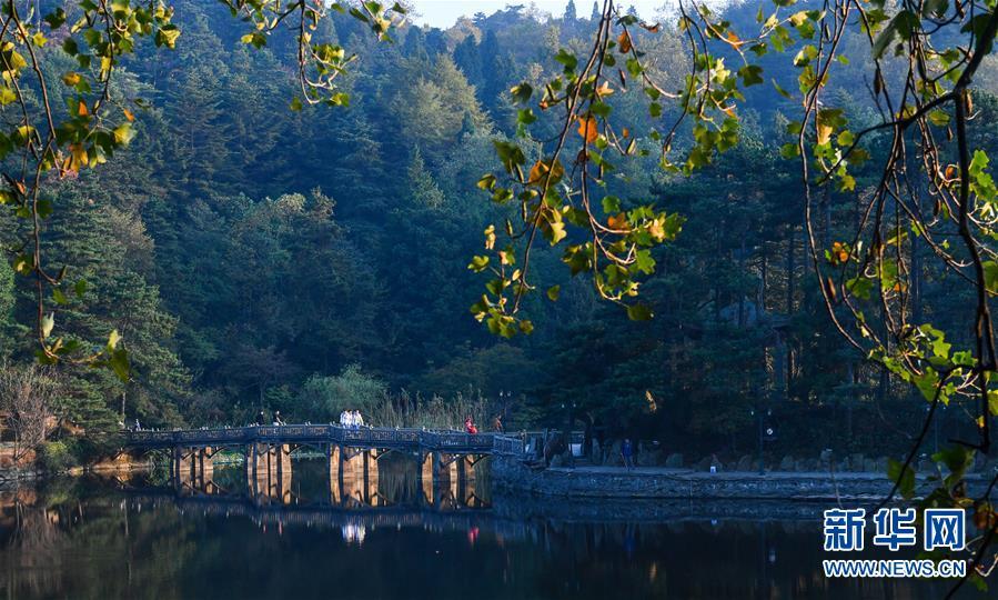 这是10月10日在庐山风景区内拍摄的芦林湖.新华社记者 胡晨欢 摄