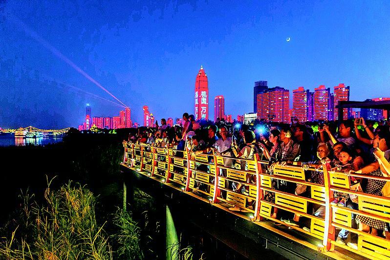 长江灯光秀凸显大城魅力 武汉接待游客逾2000万人次