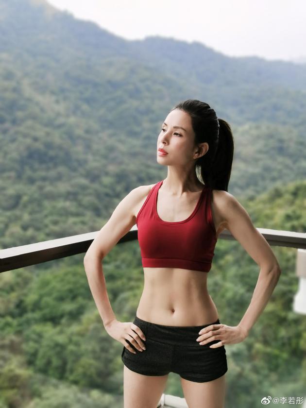 李若彤露马甲线秀健身成果 穿运动内衣曲线超紧致