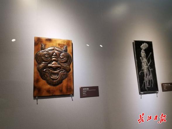 观众赞叹铜金属的表现力强,来看俄罗斯铜版画艺术展