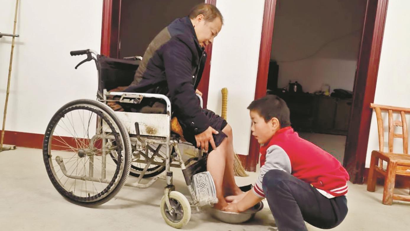 """11岁少年独自照顾瘫痪父亲5年  """"我要当爸爸的双腿,照顾他一辈子"""""""