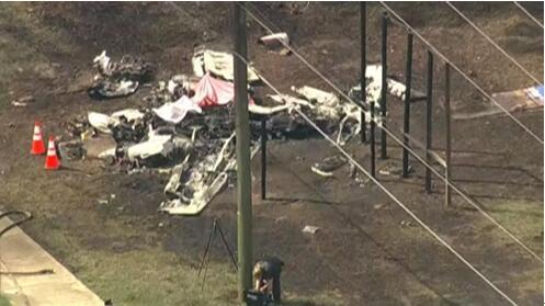 """""""美国佛罗里达州一小型飞机紧急迫降时撞上汽车,事故造成2人死"""