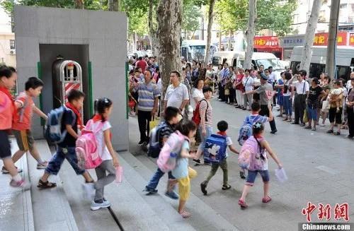 """学校减负致辅导班抢位:家长真的""""疯了""""?"""