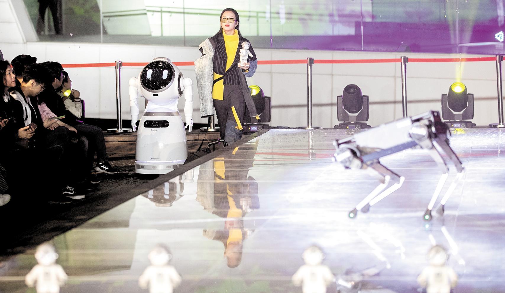 機器人與模特同臺走秀