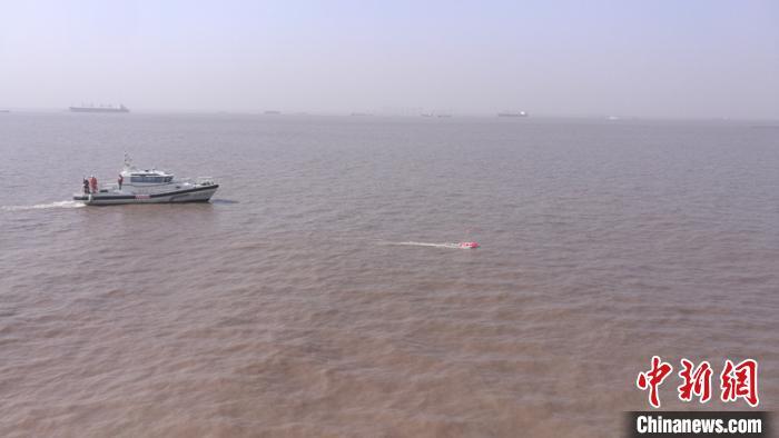 长江上海江苏段水域举行海空联合搜救演习