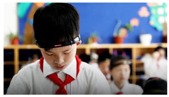 """浙江小学生戴""""监控头环"""" 教育创新不可忽视舆情敏感性"""