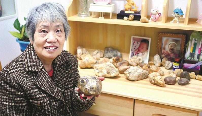 写诗婆婆找到新快乐    精美的石头会唱歌 从江边捡回百余枚石头一一取名字