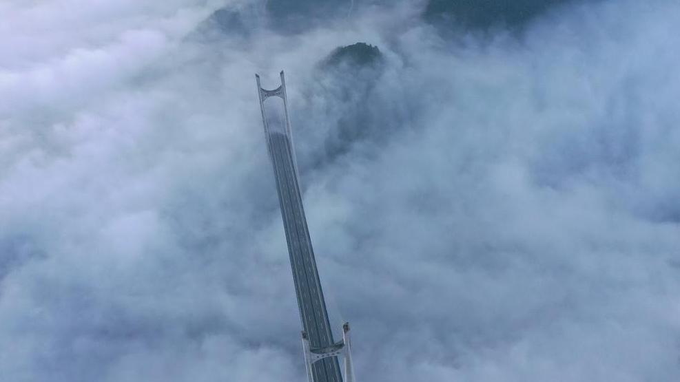 """湖北恩施贡水河特大桥现""""云端浮桥""""景观"""